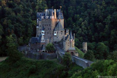 Blick von Nordosten auf die Burg Eltz