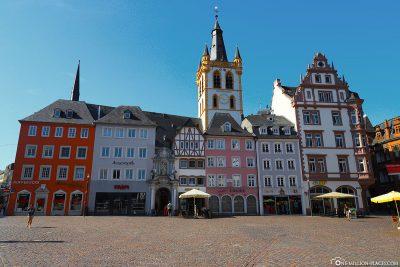 Trierer Hauptmarkt mit Blick auf die Kirche St. Gangolf