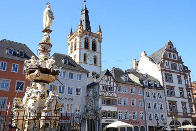 Petrusbrunnen mit der Kirche St. Gangolf im Hintergrund