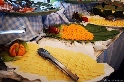 Käseauswahl beim Frühstücksbuffet