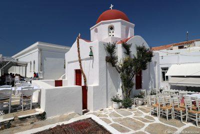 Eine Kirche in den Gassen von Mykonos