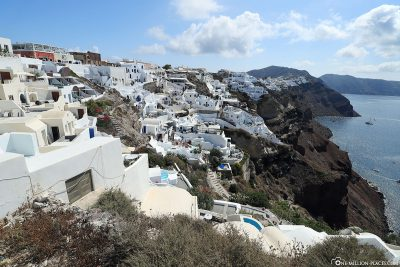 The location of Oia on the cliffs of Santorini