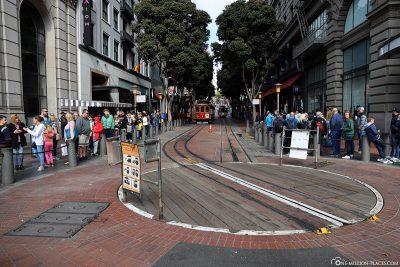 Lange Schlangen an der Wendestelle der Powell Street