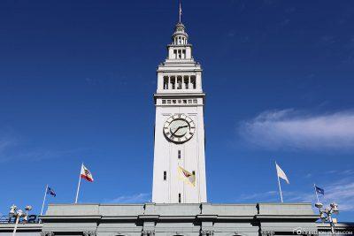 Der 75 Meter hohe Turm mit Uhr