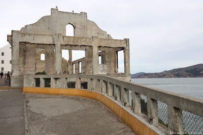 Die Ruinen des Garnisonsladens und Offiziersclubs