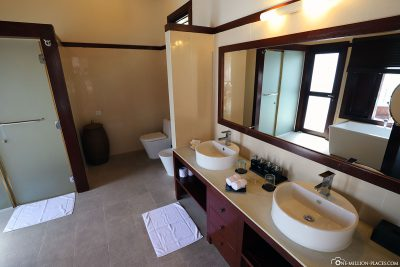 The bathroom in the water bungalow (BUM2)