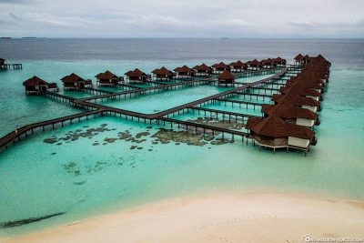 The water bungalows with the Sundowner beach