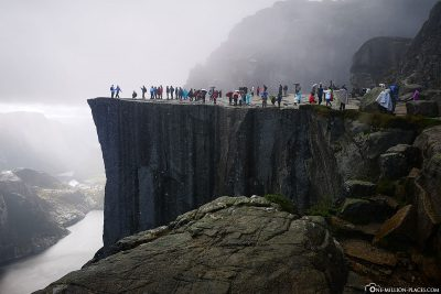 The crowds at Preikestolen