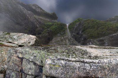Blick über die Felskante