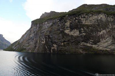 Die steilen Hänge des Geirangerfjord