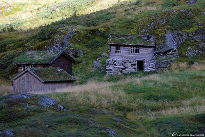 Alte Holzhäuser auf einem verlassenen Bauernhof