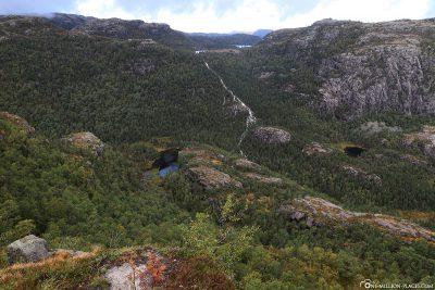 Blick auf den See Moslidalstjørna mit seinem Wasserfall