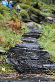 The hiking trail at Skjervsfossen waterfall