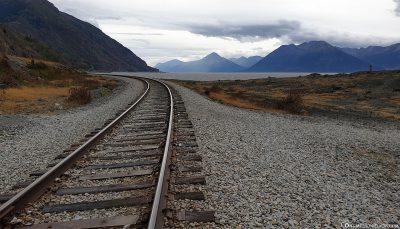 Die Eisenbahnstrecke entlang des Seward Highway