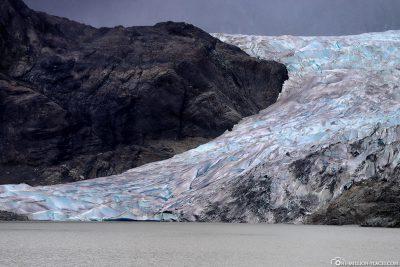 Die Gletscherzunge geht bis zum Gletschersee