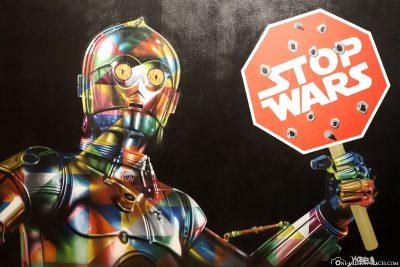 C3PO mit Stop Wars Schild