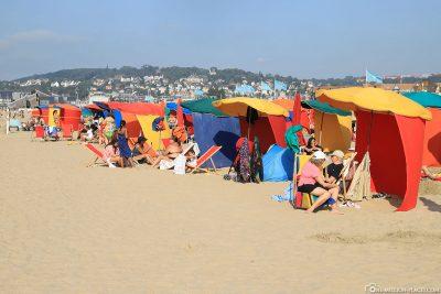 Die bunten Sonnenschirme am Strand