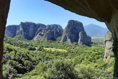 Ausblick von der Höhle auf die Berge von Meteora