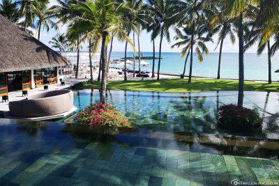 Der Pool am Haupthaus mit Blick aufs Meer