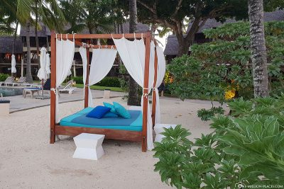Sunbathing facilities by the pool