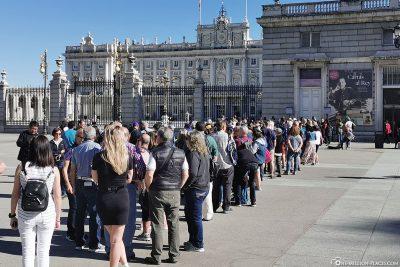Die Schlange am Eingang zum Palast