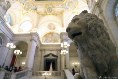 Löwenstatue an der großen Treppe