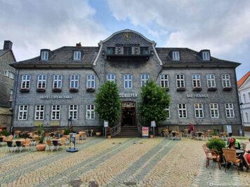 Hotel Schiefer mit Glockenspiel