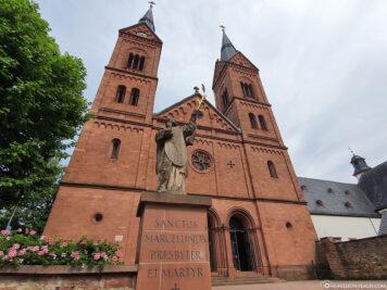 Neoromanische Westfassade der Einhard-Basilika