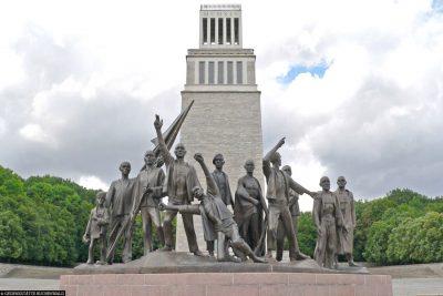 Glockenturm und Figurengruppe