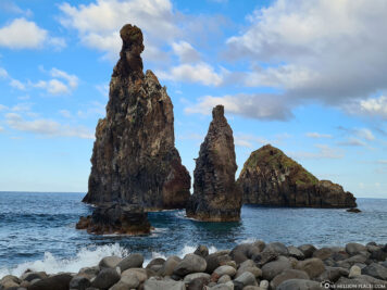 Die Steinfelsen Ilheus da Ribeira da Janela