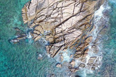 Drohnenaufnahme der Ostküste von La Digue