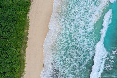 Drohnenaufnahme vom Strand