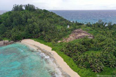 Die Police Bay auf der Insel Mahé