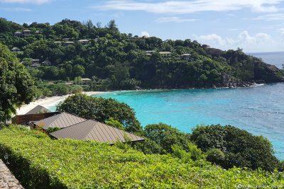 Blick auf den Petite Anse und das Four Seasons Resort