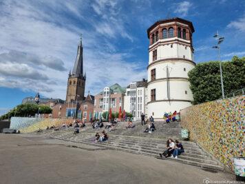 Rheintreppe, Schlossturm und Kirche St. Lambertus
