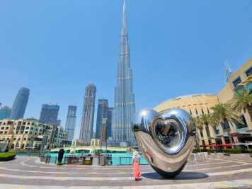 Blick auf den Burj Khalifa mit dem Dubai Steel Heart