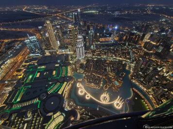 Blick auf die Fontänen und die Dubai Mall