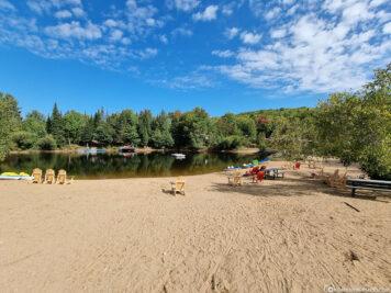 Ein kleiner See mit Strand