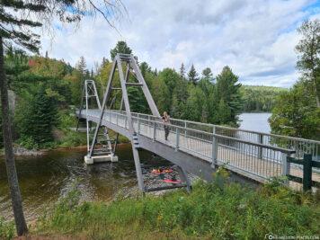 Die Brücke über den Wapizagonke Lake
