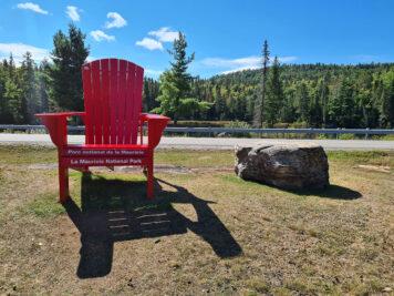 Roter Stuhl am Besucherzentrum